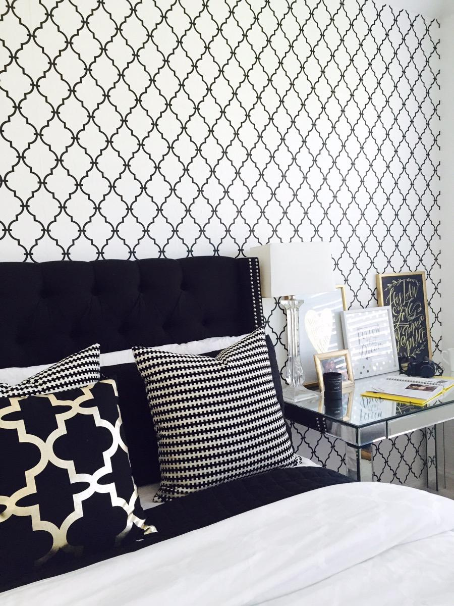 Black and White Bedroom Decor 7