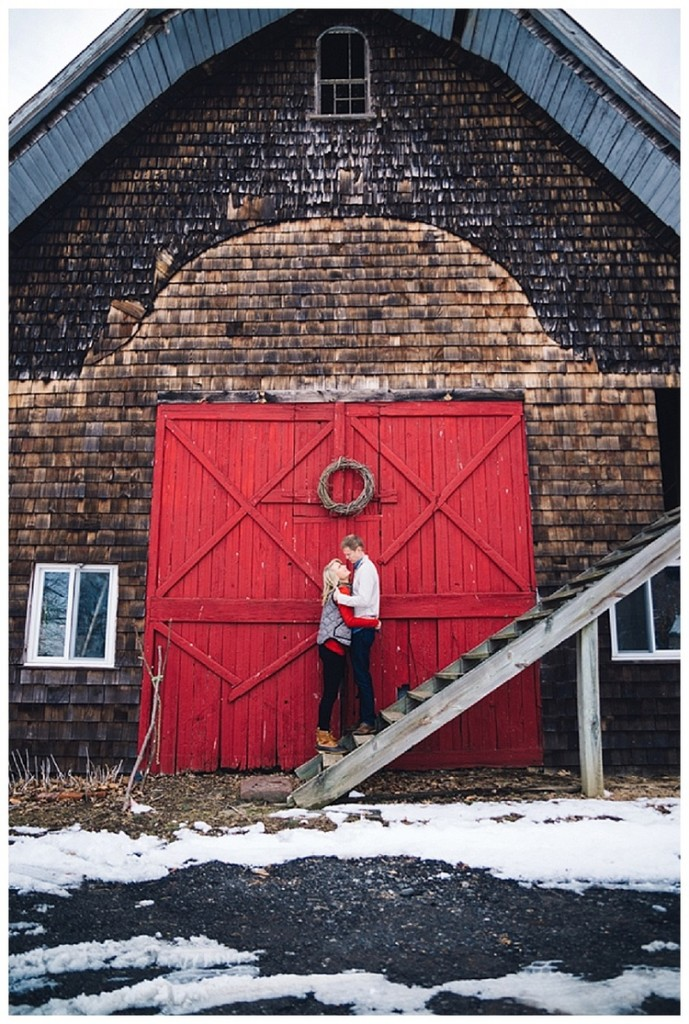 Holiday-engagement-pictures-via Joywed