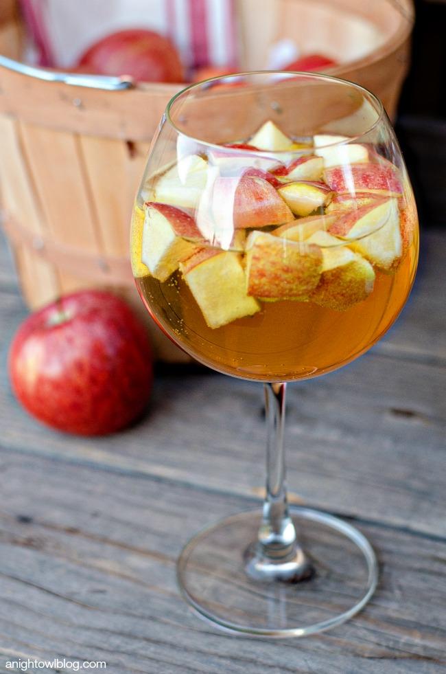 caramel-apple-sangria_thanksgiving-cocktail