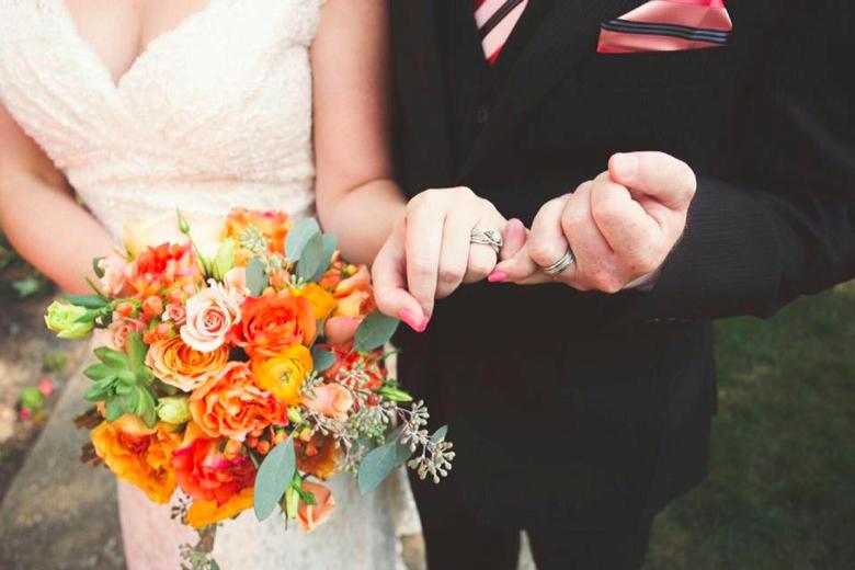 orange-garden-roses-and-ranunculus-bouquet
